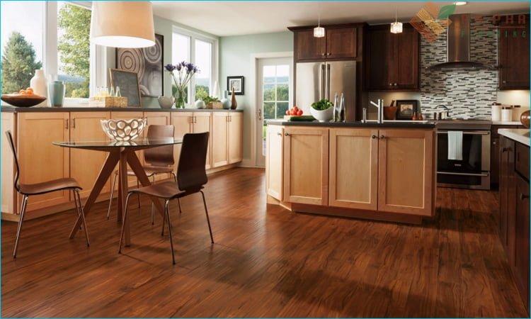 Phòng bếp nên chọn màu sàn gỗ tối giúp tăng thêm cảm giác sạch sẽ
