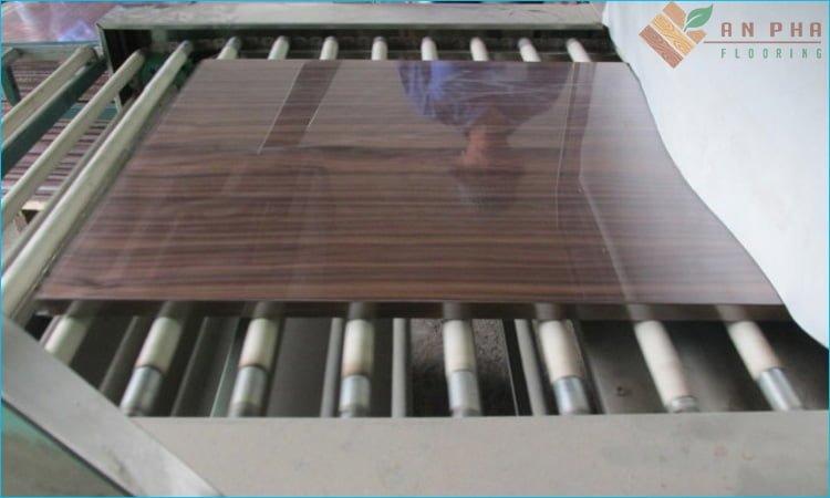 Sơn UV bằng máy để tạo độ bóng đẹp và bảo vệ sàn