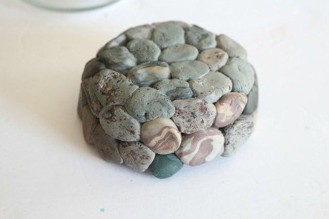 Chậu cây bằng đất sét sau khi được nung sẽ trở thành dạng rắn và có thể dùng để chứa đất
