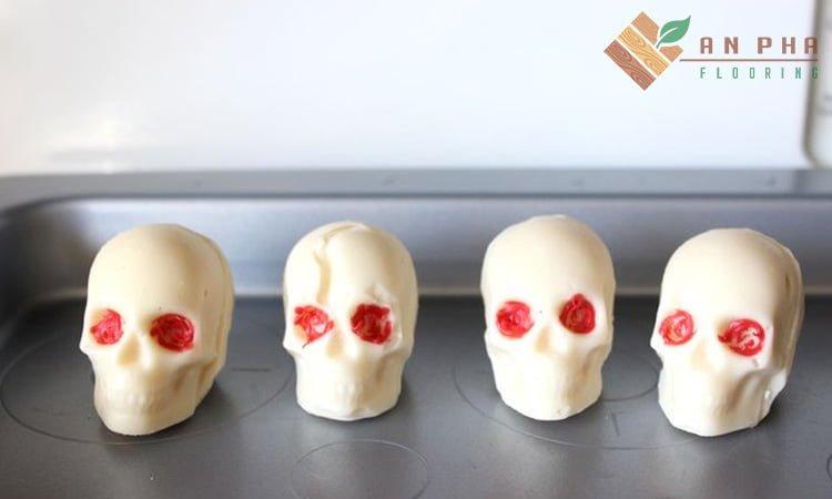 Thêm mắt cho sọ để tăng thêm phần đáng sợ
