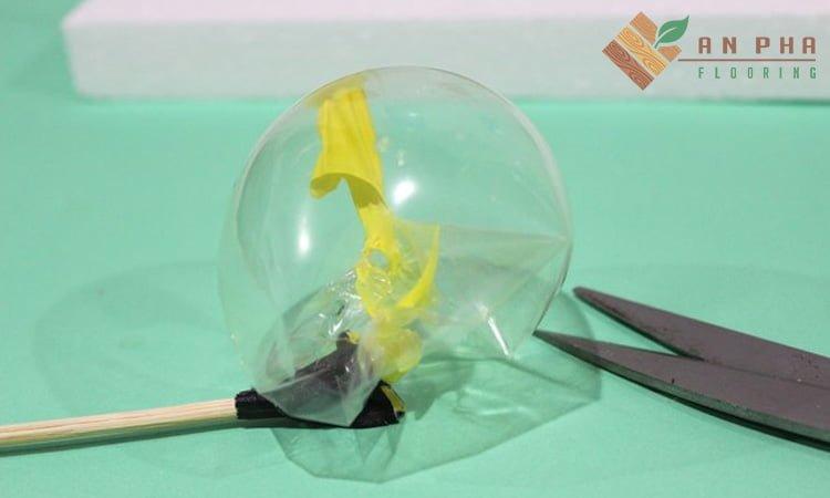 Cắt bỏ phần đáy của bong bóng