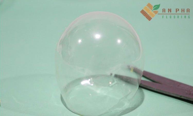 Sau khi cắt chóp của khối gelatin, bạn có thể đặt nó đứng thẳng