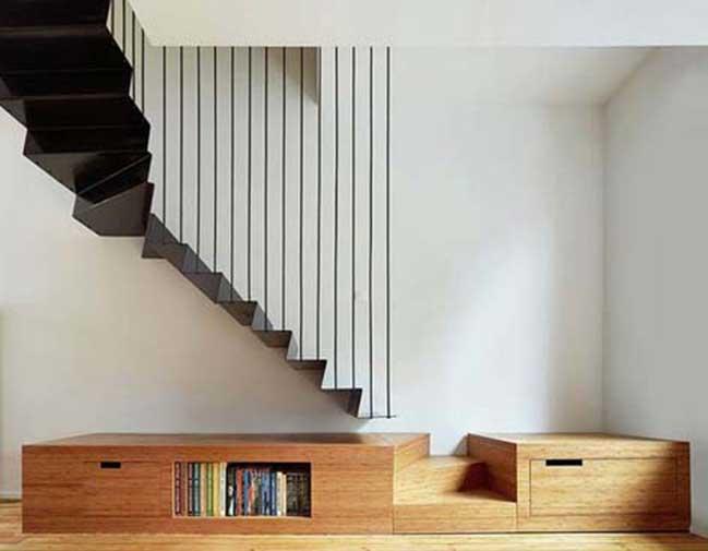 Cầu thang bằng sắt, tăng sự thu hút nhờ độ mỏng, cố định bằng dây cáp trần
