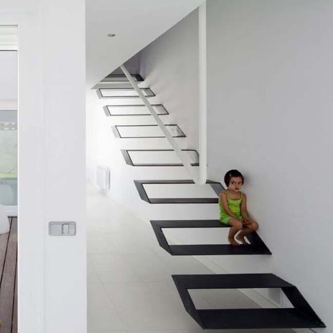 Cầu thang thiết kế từng khối hộp sắt giúp tạo điểm nhấn đặc biệt